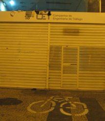 A marca da bicicleta em frente à CET