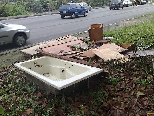 Banheira de hidro no lixo