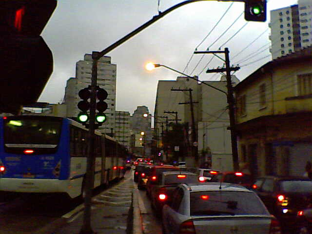 Trânsito na av. Santo Amaro durante temporal em São Paulo (Foto: Armando Italo)