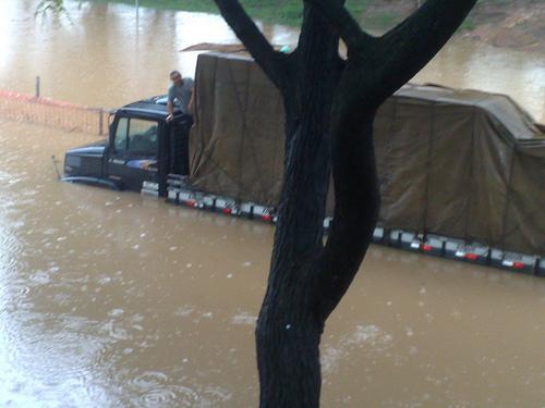 Caminhão e motorista 'afogados' na Tietê (Cátia Toffoletto)