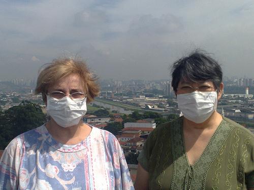 Moradoras tampam rosto contra mau cheiro do Pinheiros