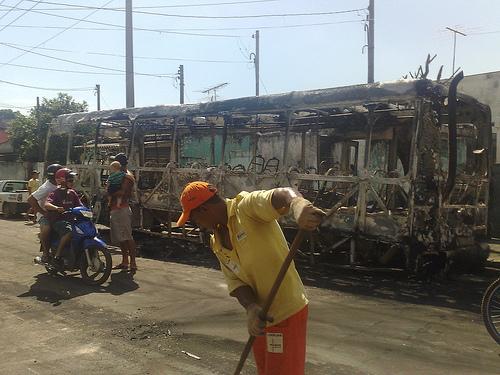 Ônibus incendidado no Itaim