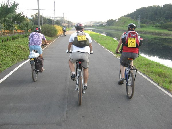 Ciclistas testam faixa na Marginal (Foto: Andre Pasqualini)