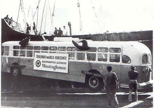 FOTO 2 Desembarque de trolebus norte americano para Belo Horizonte