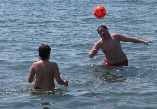 Meninos brincam na praia