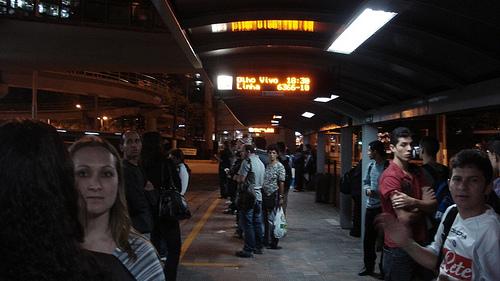 Ônibus atrasado, passageiro no ponto