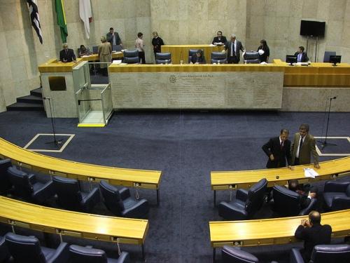 Vereador discursa e plenario não presta atenção