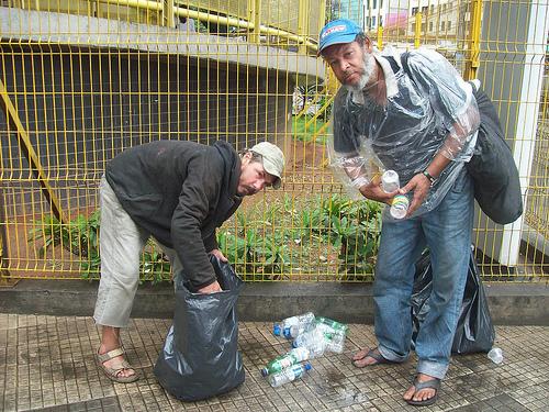 Homens vivem do lixo