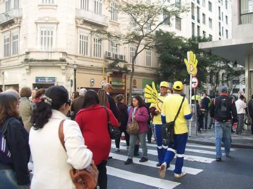Morador de rua ajuda em travessia