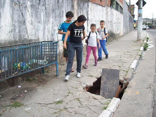 Buraco na calçada dá lucro