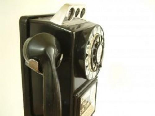 um-telefone-publico-antigo_2120090