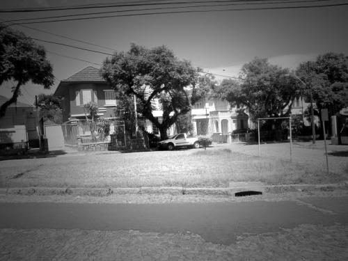A casa da rua 16 de Julho com destaque para a pracinha, em Porto Alegre