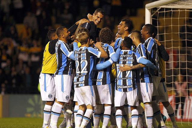 Time comemora classificação com Grohe (foto do Grêmio Oficial no Flickr)