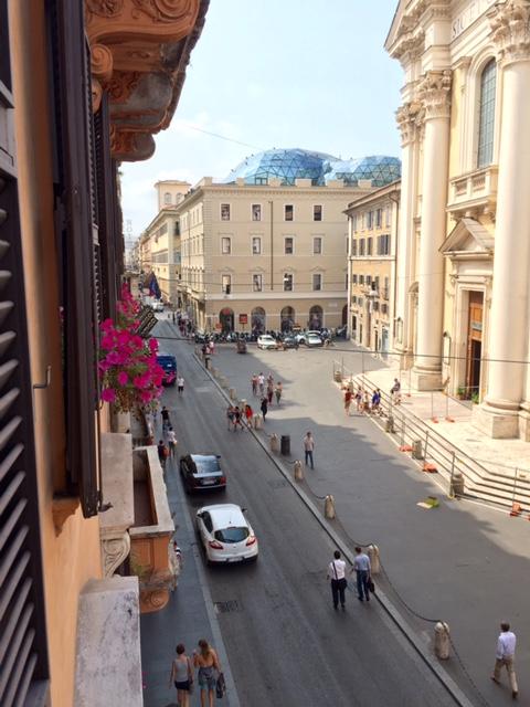 Desta janela, na Via del Corso, em Roma, assisti ao Grêmio, em Chapecó