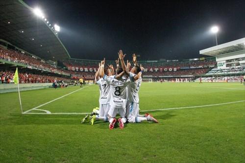 Time comemora o gol da vitória em Curitiba (foto Portal Grêmio.net)