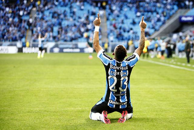 Everton comemora o gol da vitória contra o Goiás (foto do álbum do Grêmio Oficial, no Flickr)