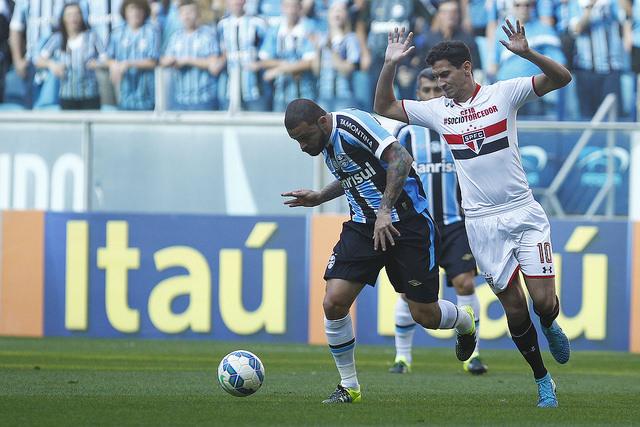 Edinho tenta sair jogando (foto; Grêmio Oficial no Flickr)