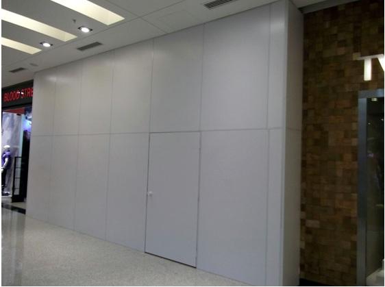 Tapumes em lugar de  vitrines nas lojas de shopping
