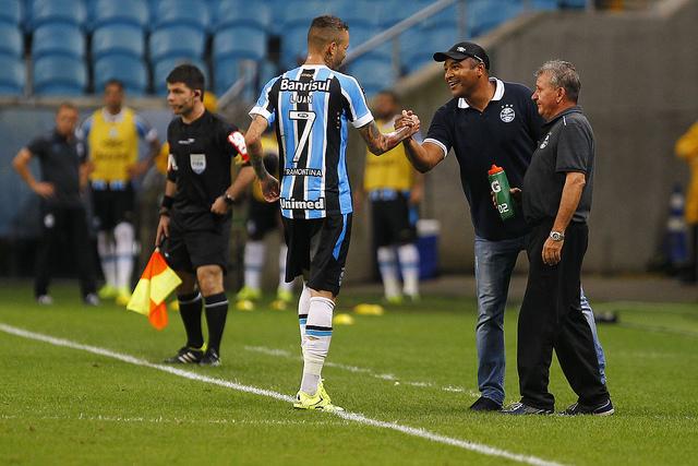 22edde32240ce Luan comemora com Roger o gol da vitória (álbum Flickr do Grêmio Oficial)