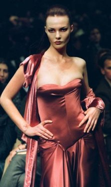 x40715612_PAR12FRANCE-FASHIONPARIS11MAR98A-model-for-designer-Ocimar-Versolato-presents-this-e.jpg.pagespeed.ic.OHxKyYzcug