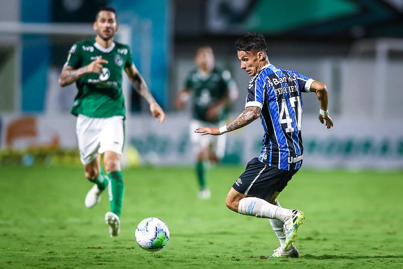 Ferreirinha de olho na bola em foto de Lucas Uebel/Grêmio FBPA