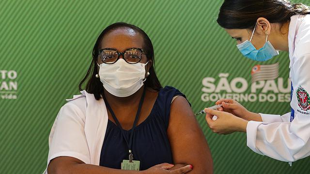 Enfermeira é primeira brasileira vacinada. FOTO: Paulo Guereta/Photo Premium/Agência O Globo